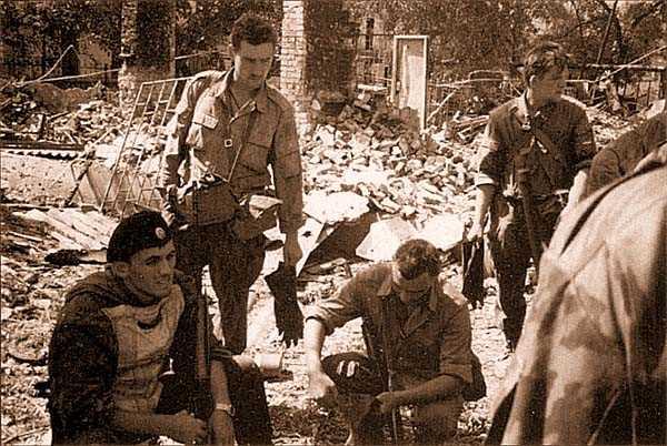 Из совместной комендатуры нам в помощь прислан молодой, лет двадцати, боевик в темно-зеленом бархатном берете, вооруженный СВД (крайний слева)