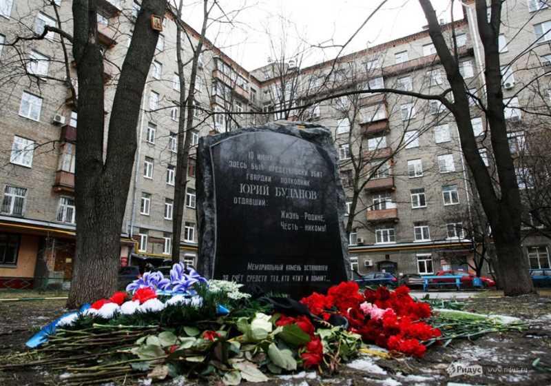 Женщина в хиджабе подожгла памятник Буданову в центре Москвы