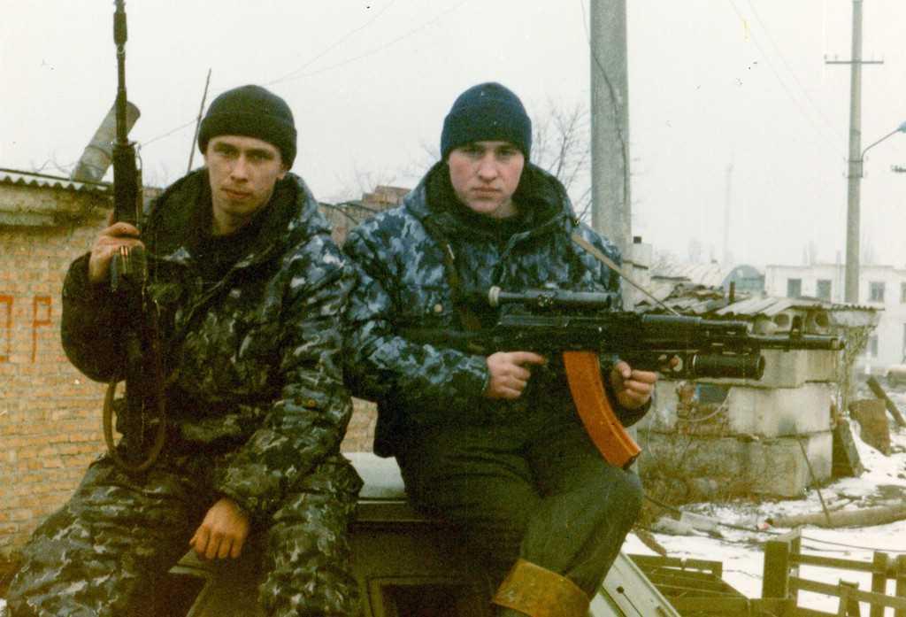 Бойцы Свердловского ОМОНа Альберт Подкорытов и Сергей Савченков. Оба погибли в бою 7 марта 1996 года.