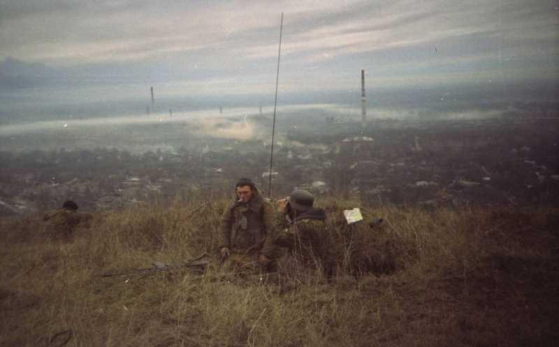 Начальник артиллерии 276 полка Борис Цеханович ведет наблюдение. Каску он носил в качестве талисмана