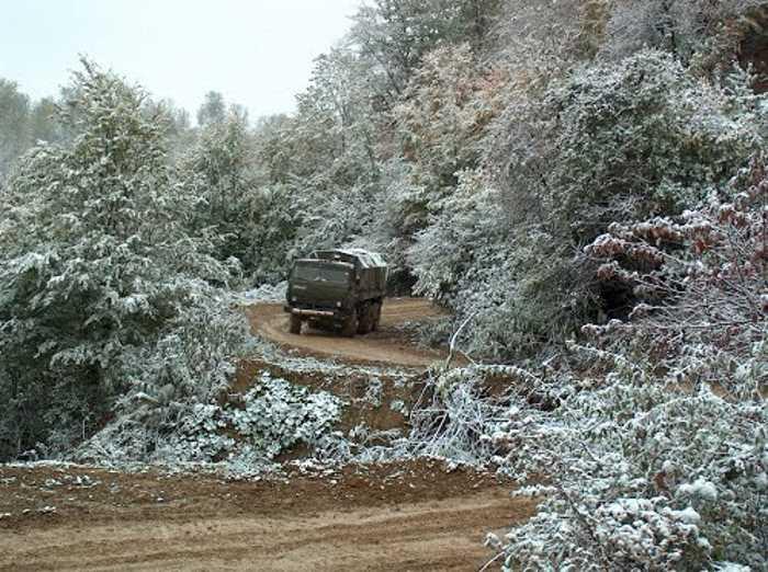 Поросшая лесом зимняя дорога западнее Ведено