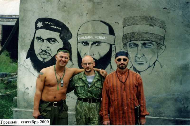 На этом фото слева стоит майор Животков Д.В., справа ст.лейтенант Гуменюк А.В. Они оба геройски погибли 10 мая 2001 года в Грозном