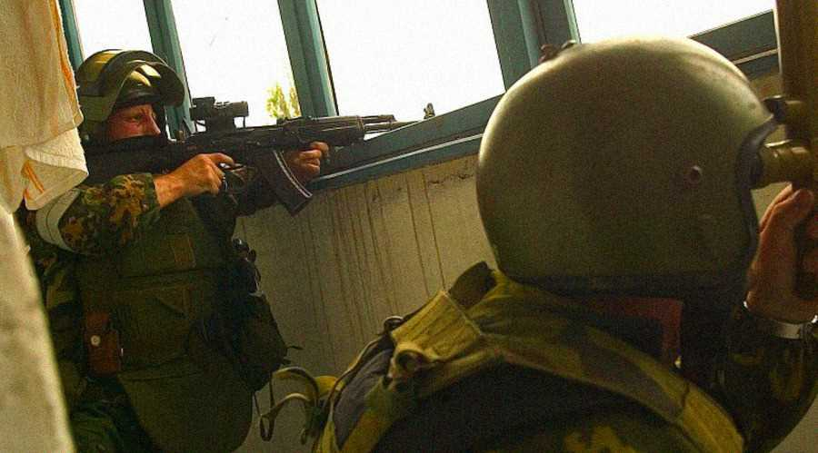 Наблюдатели спецназа перед штурмом. Олег Лоськов (слева) погиб в школе