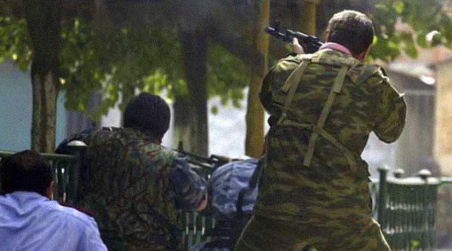 Осетинские ополченцы ведут огонь