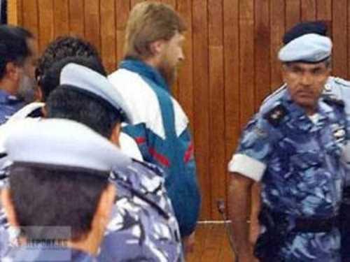 Разведчика, подорвавшего Яндарбиева, выводят из зала суда в Катаре