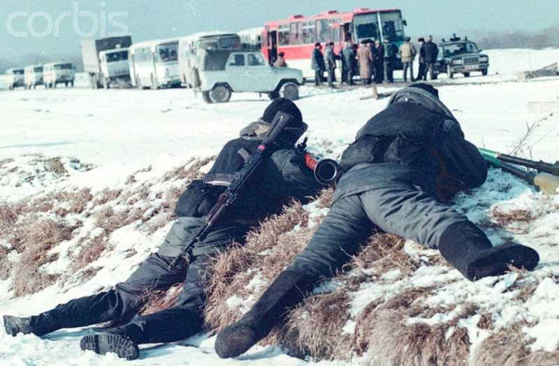 По пути следования колонны террористов с заложниками. Фото ТАСС