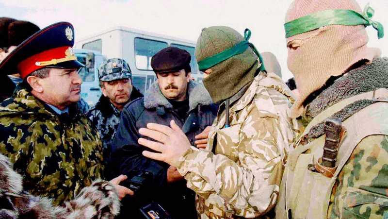 Переговоры об условиях освобождения заложников, захваченных боевиками под командованием Салмана Радуева в Кизляре. Фото ТАСС