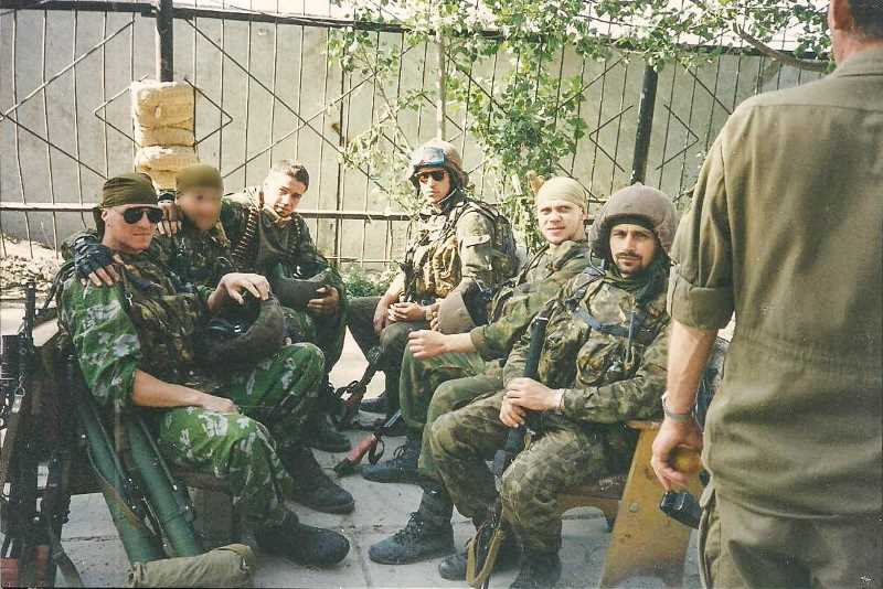 Майор Андрей Киселёв (справа) с боевыми товарищами