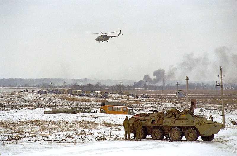 Войска и спецназ у села Первомайское. Фото: Эдди Опп, «Ъ»