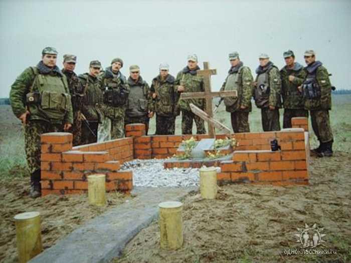 """Это памятник, поставленный солдатами и офицерами полка на месте боя. Надпись на нем гласит """"Светлая память однополчанам 255 гвардейского мотострелкового полка, геройски погибшим за Родину!"""""""
