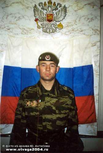 Юрий Антипов у Государственного флага Российской Федерации