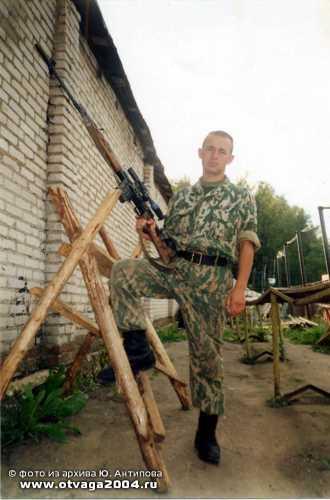 Юрий Антипов с любимой снайперской винтовкой – СВД