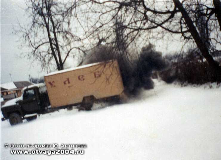 Уникальный кадр! Обычным фотоаппаратом-мыльницей заснят подрыв на мине машины-хлебовоза боевиков