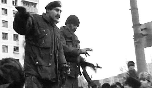 Хусейн Исханов на площади Минутка пытается собрать подкрепление для обороны Грозного, январь 1995 Кадр из фильма «Война» Алексея Балабанова