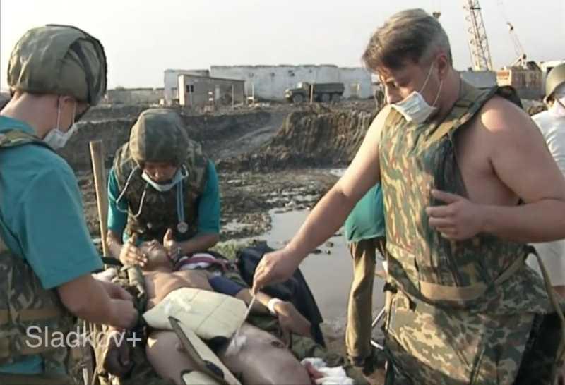 Опасная работа военных хирургов по извлечению ВОГа из ноги солдата