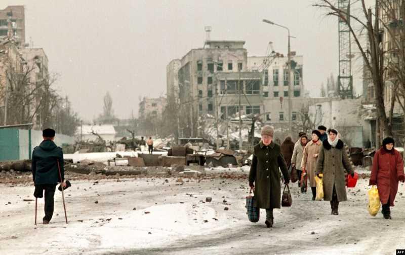 Первая чеченская война. На развалинах Грозного очень много старух, голодных детей и мародеров