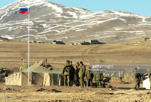 2 Krieg im Kaukasus, Tschetschenienkonflikt ein russisches Militärlager am Fuße des Kaukasus. Soldaten stehen neben ihrem Mannschaftszelt auf der Hochebene