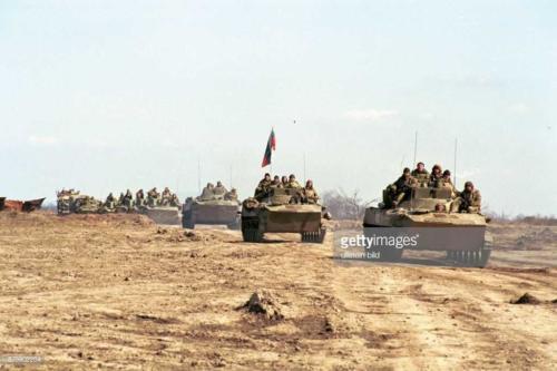 2  Krieg im Kaukasus eine russische Panzerkolonne rollt durch eine öde Sandlandschaft der russischen Teilrepublik Tschetschenien. Soldaten sitzen auf den Fahrzeugen