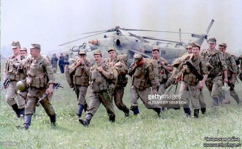 A fresh contingent of Russian paratroopers arrives at Khankala airport near the Chechen capital of Grozny 22 May to take part in the launch of a new attack against rebel Chechen forces