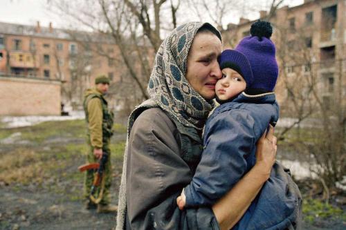 Жители освобожденного Грозного. 4 февраля 2000 года.