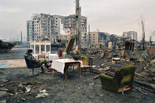 Площадь Минутка. Солдаты отдыхают на креслах, которые они вынесли из расположенных неподалеку руин. 4 февраля 2000 года.