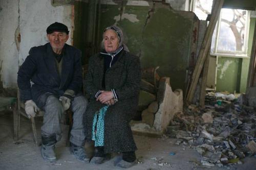 Пожилая пара сидит в своей квартире в Грозном. Декабрь 2005 г.