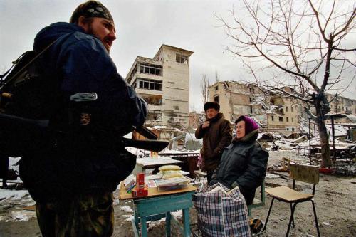 Придорожный рынок в Грозном. 18 февраля 2000 года.