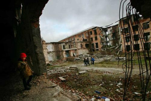 Развалины школы в Грозном. Декабрь 2005 г.