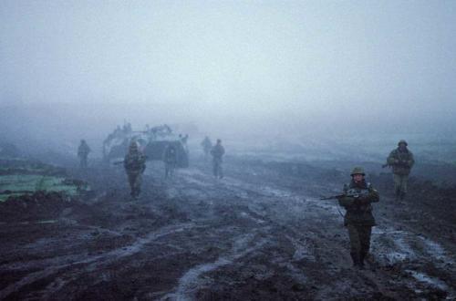 Российские саперы проверяют дорогу на наличие мин в 4 утра в Чечне. Апрель 2002 г.