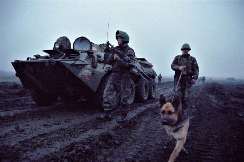 Саперы проверяют дорогу в Чечне в 4 утра. Апрель 2002 г.