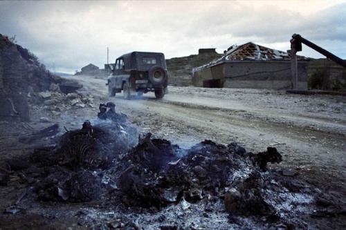 Сгоревшие останки боевика на обочине дороги в Дагестане. Август 1999 года.
