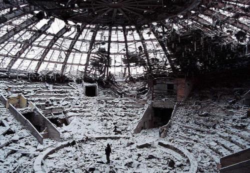 Солдаты осматривают руины цирка в Грозном, Чечня. 19 февраля 2000 года.