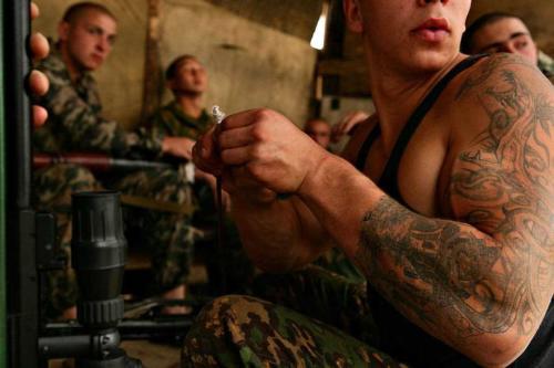 Спецназовцы чистят оружие по возвращении из операции в Чечне. Октябрь 2007 г.