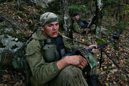 Уставший боец спецназа в Дагестане. Октябрь 2007 г.